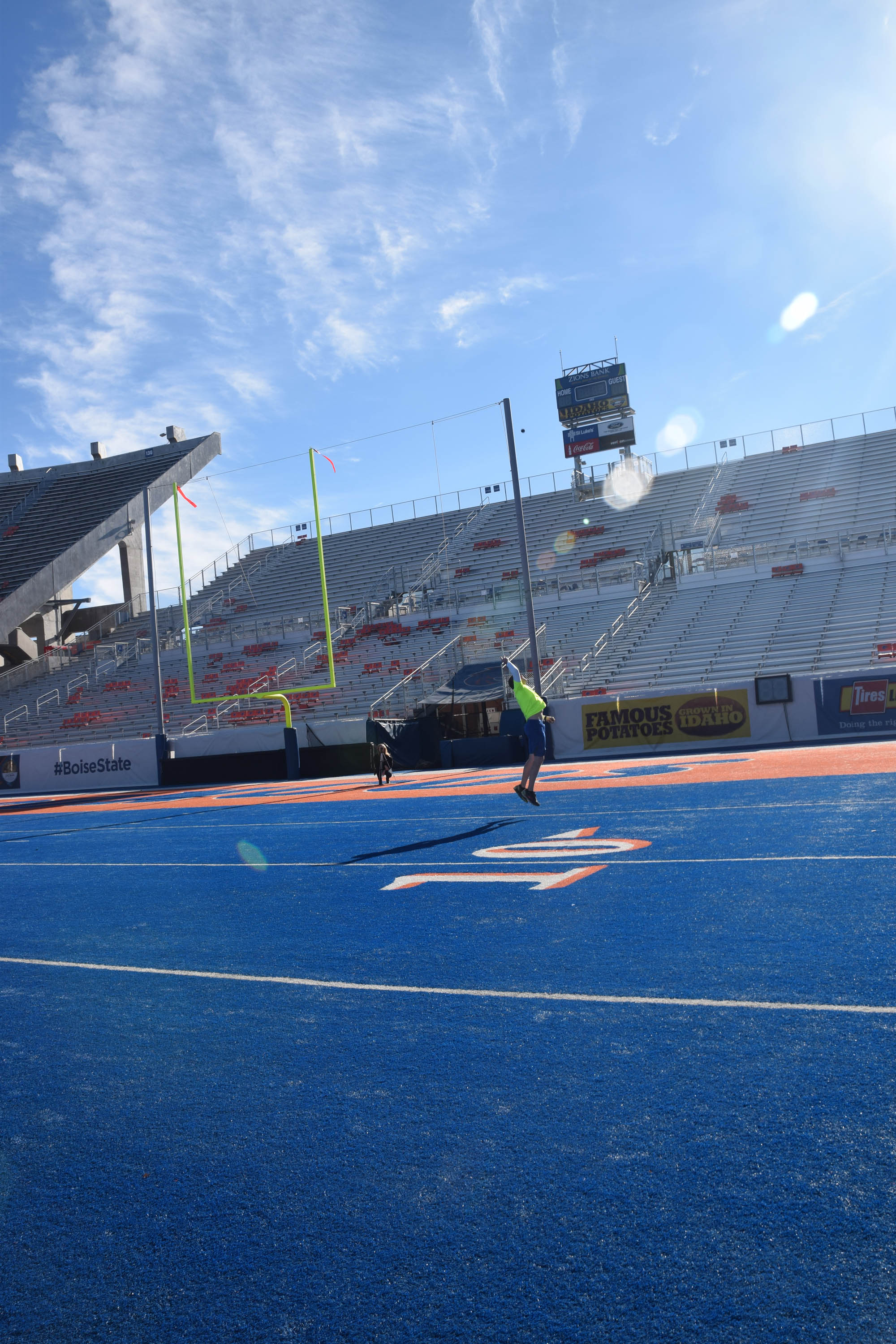 16-jumping-throw-endzone-view